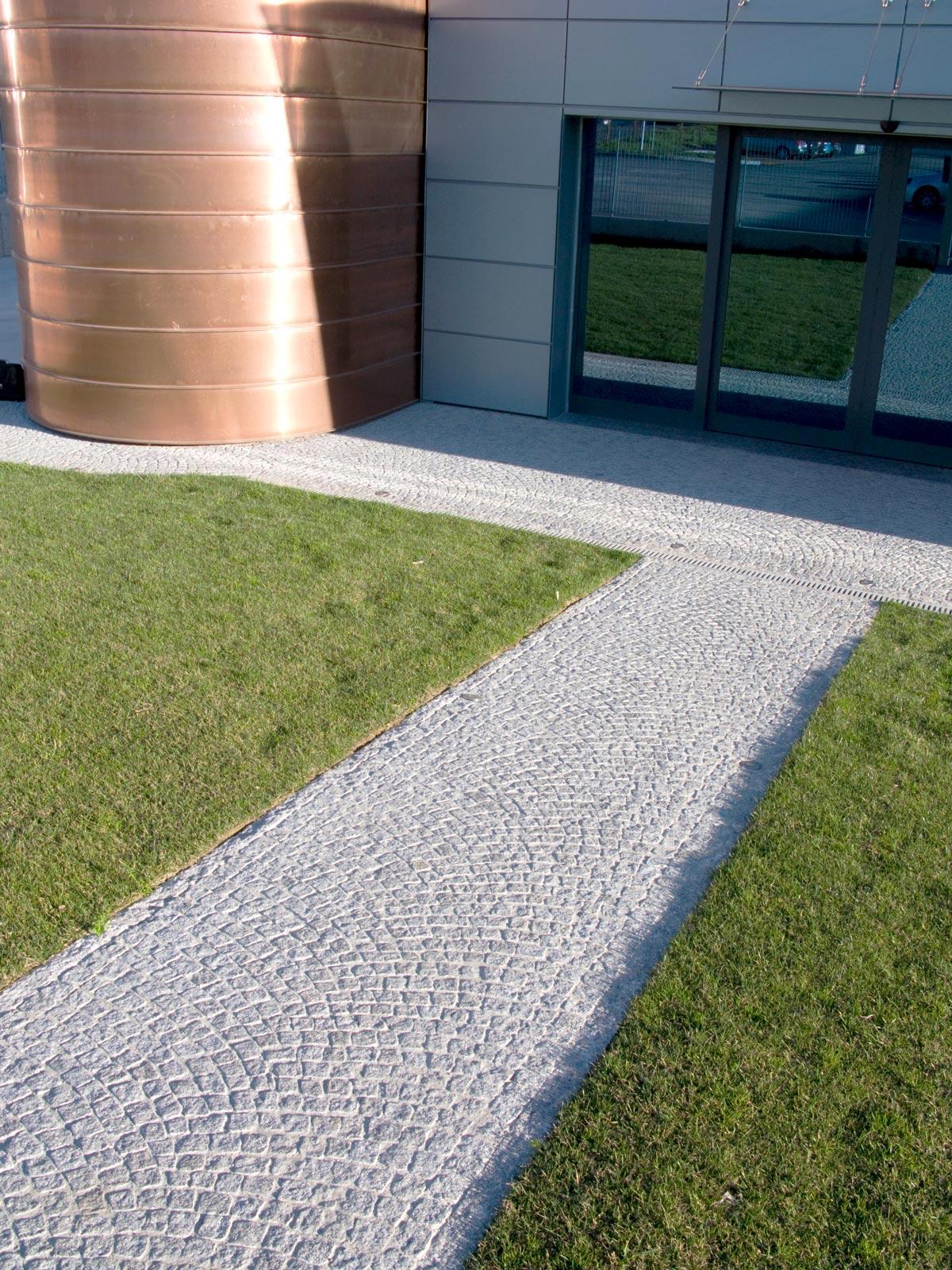 [11] Un ingresso di rappresentanza - attività e luoghi pubblici, granito, granito bianco sale e pepe, pavé